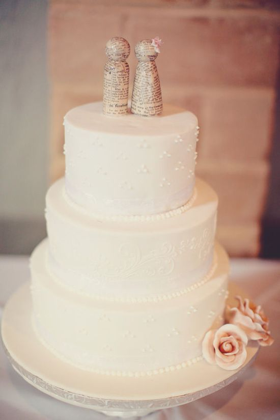 I love how simple this wedding cake is.