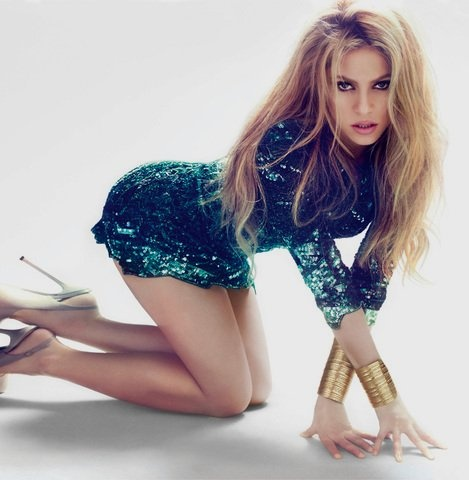 @Shakira she-wolfing in our beloved emerald green! #aycarumba