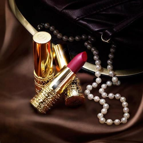 Lipstick and pearls ..