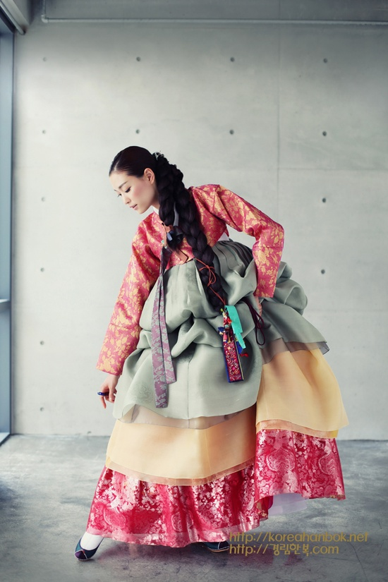 look at them thick braids. Korean traditional dress by Kyung Lim Hanbok