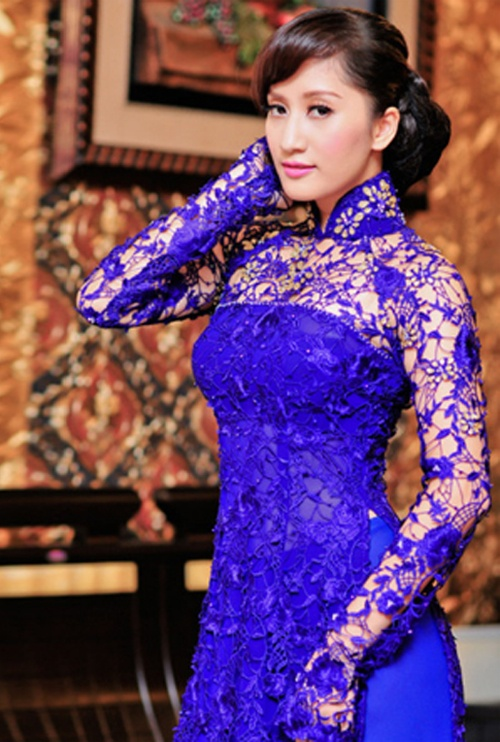 A truly stunning royal blue lace ao dai, beautifully showcase.