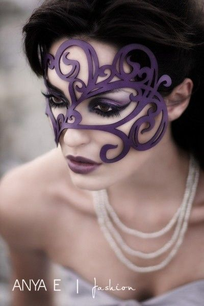 Swirly leather mask in violet