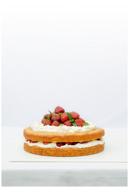 ... sponge cake with whipped cream, mascarpone and strawberries ...