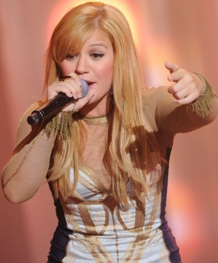 Video: Kelly Clarkson covers Eminem's 'Lose Yourself' Check it out and tell me what you think...