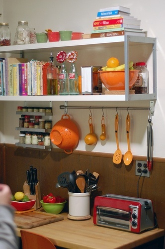 Open shelf concept for the kitchen, i like this, especially if you have pretty dishes!