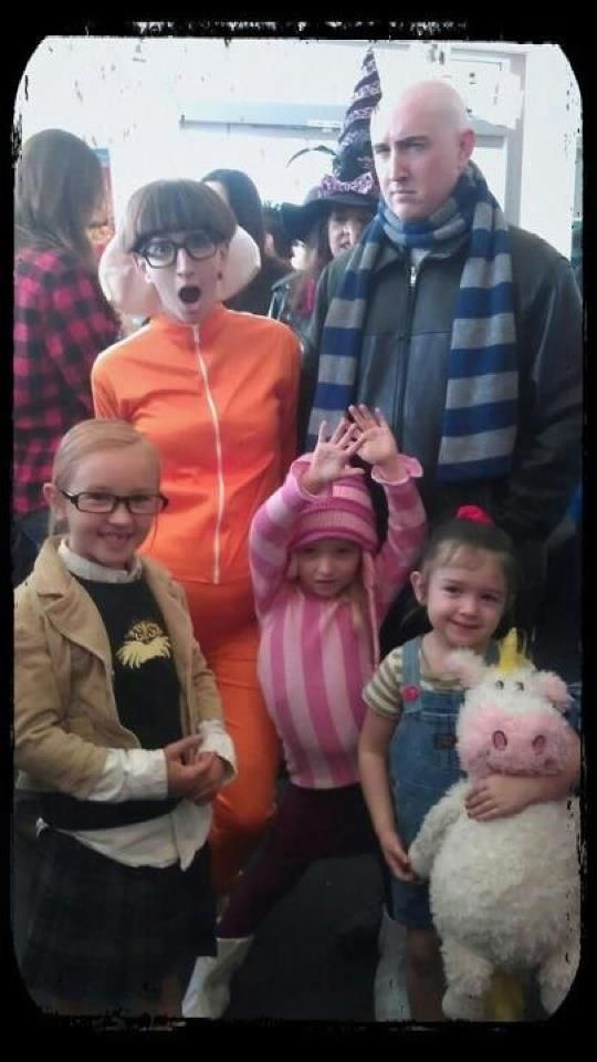 Despicable Me family cosplay (The little girls are the best part)