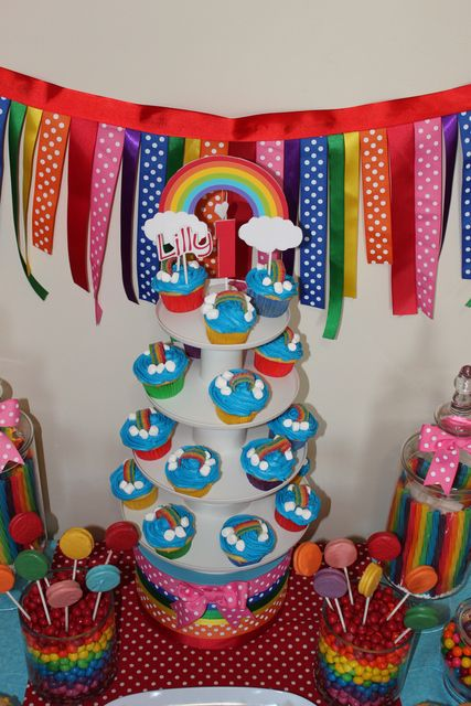 Pretty ribbon banner and cupcakes at a Rainbow Party #rainbow #party