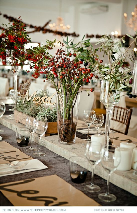 Table deco with rosehips. Pretty fall.