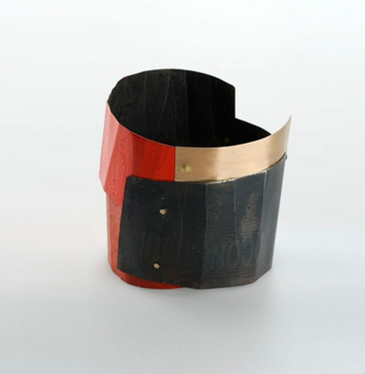 Lucia Massei. aritmia | bracelet  2007 iron, yellow gold, pigments