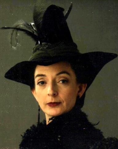 Madame Pince. Poudlard bibliothécaire. Qui sera bientôt évincé par moi.