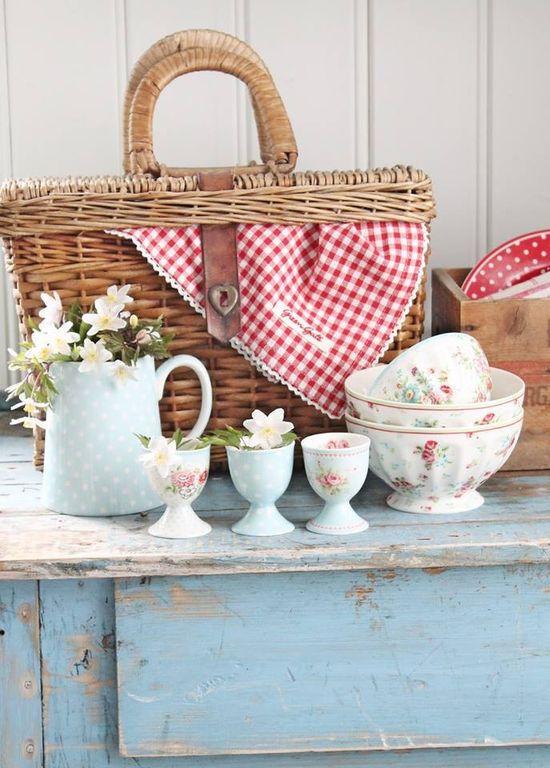 ?  Pretty picnic~Love The Basket~