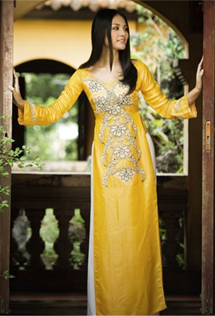 Áo dài cách ?i?u - CT392 / The ao dai (pronounced : ow zhai) is a Vietnamese national costume, most commonly worn by women :)