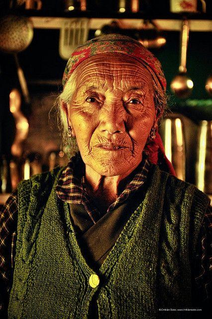 Las ancianas tibetanos en la colonia tibetana en la India.  Por la C-BOB en Flickr.