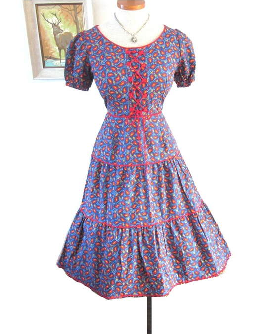 A charming 1950s paisley print, laced bodice dress. #vintage #1950s #fashion