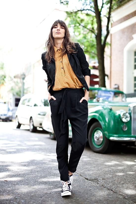 Camisa de lunares + Convers. Vía On the Corner Street Style.