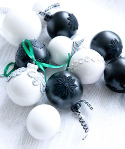 Upcycled Ornaments by 101woonideeen.nl: Give your old ornaments a fresh look! #DIY #Ornaments