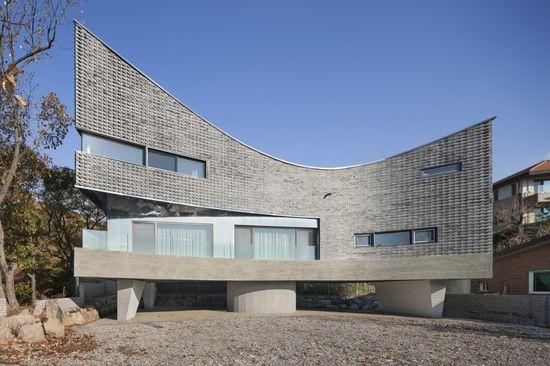 The Curving House, Gyeonggi-do, South Korea. JOHO Architecture