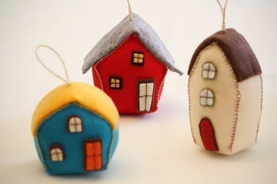 These felt houses are so cute! These would make great Christmas ornaments!