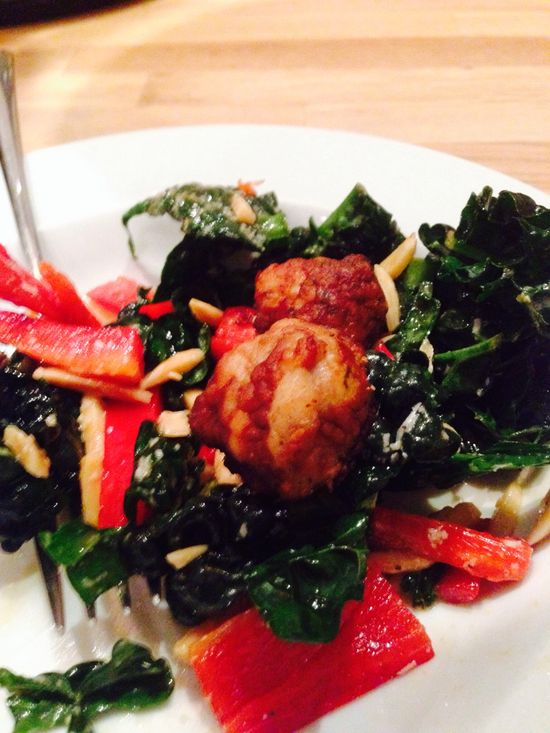 Kale salad with red peppers and chicken meat balls : organic health