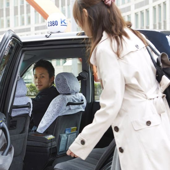 A new, specially equipped taxi will now automatically alert passengers when they accidentally leave behind a phone or wallet.