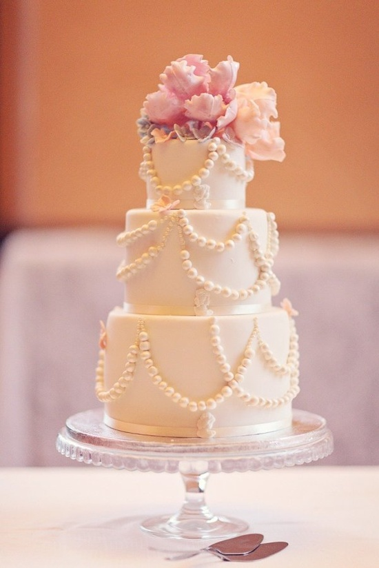 Pearled perfection. Photography by 2brides.se, Floral Design by nyfikengron.blogs...