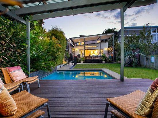 Modern garden design using grass with pool & outdoor furniture setting - Gardens photo 133492