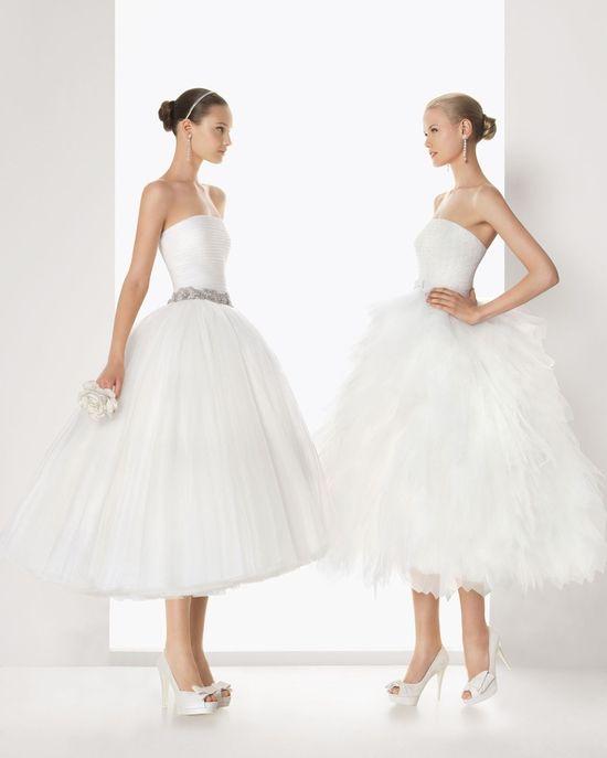 Modelos retros y a su vez modernos son los vestidos de novia cortos de Rosa Clará