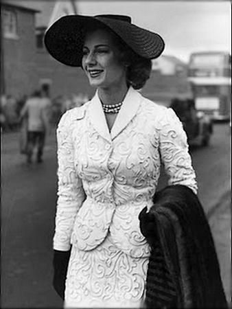 Fiona Campbell at the Royal Ascot (1953). #vintage #1950s #fashion #hats