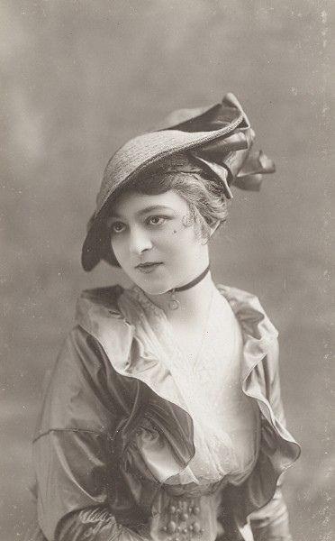#Edwardian #woman #clothing #hat #fashionable #1910s #vintage