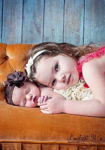 newborn and sibling photography. Makes me want to have one more girl!!