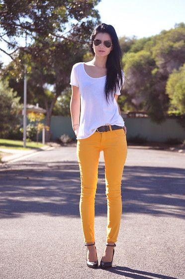 biały t-shirt w połączeniu z pomarańczowymi spodniami