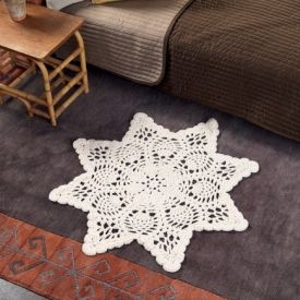 This free pattern will have you making everyone you know a beautiful crochet rug.