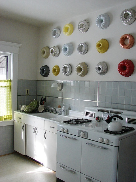 Adorable vintage kitchen, and I love the bundt pans as wall art.
