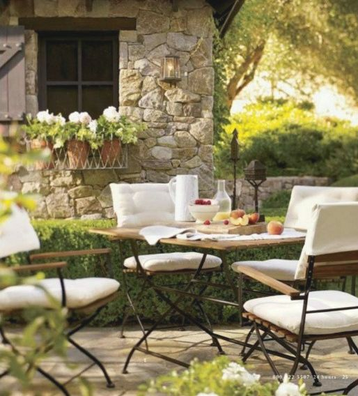 Outdoor dining in the garden