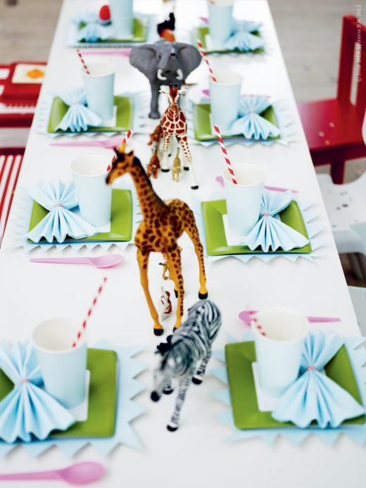 Sometimes it's okay if there are animals on the table ! Love How she added dollar store plastic animals to this Birthday Table !