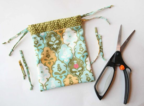 lined #fabric drawstring bag #tutorial #crafts #packaging  These can be made in #Christmas fabric for small gifts.