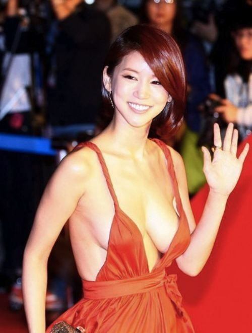Oh In-Hye was a little known South Korean actress until she dawned a red plunging neckline dress and walked the red carpet at the Busan International Film Festival (BIFF). Photos of her amazing