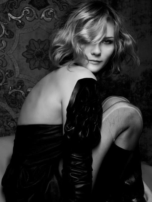 Pose (Kirsten Dunst)