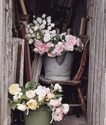 Bunches of fresh flowers need nothing more than an old bucket or watering can filled with water to look perfect