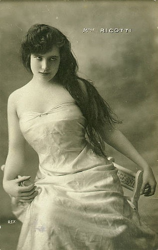 Oh, you just know she was breaking hearts right, left and center. #Edwardian #beauty #vintage #woman #portrait
