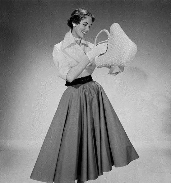 Everything about this outfit is perfect in my books (photo from February 1953). #vintage #1950s #fashion #skirts