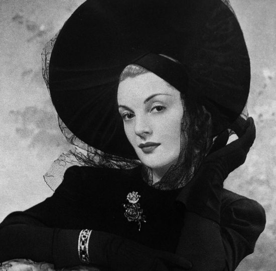 ? - A chicly gorgeous daywear look, with very wide brimmed hat, from 1941. #vintage #1940s #fashion #hat #gloves