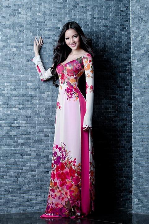 Vietnamese model Huynh Bich Phuong in ao dai