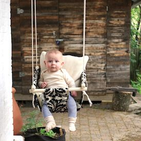 What a fun project for your littles! Learn to make this super cute and fun (and easy) DIY swing! (in French)