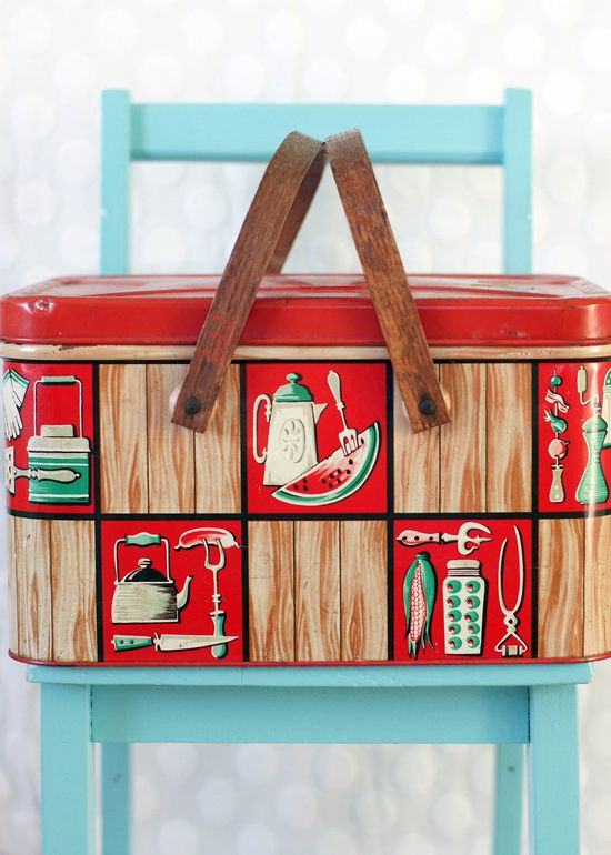 Need a picnic basket for the warmer weather? We think this vintage picnic basket would be great! #CrockPot #Picnic #Ideas