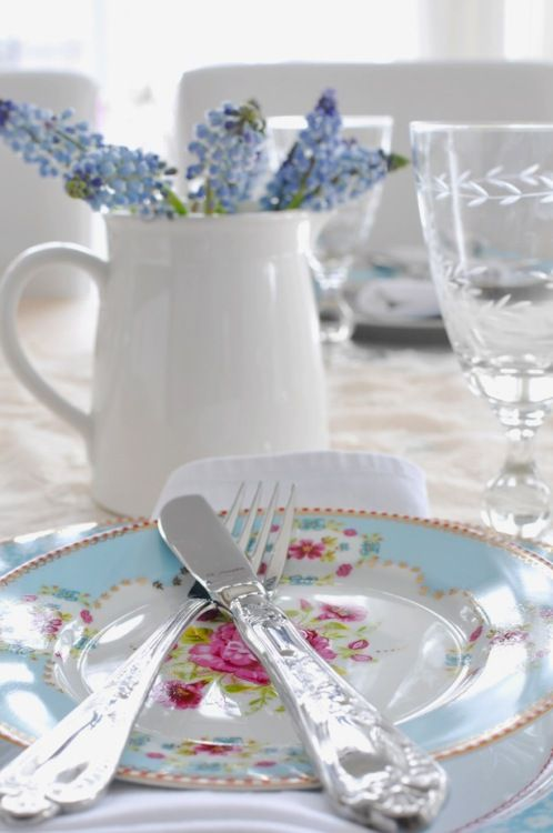 Blue and flowered plate setting