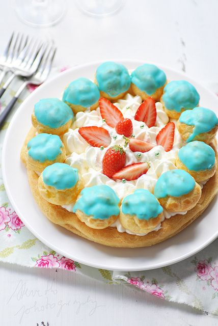 What a cheerfully lovely plate of cream puff goodness!