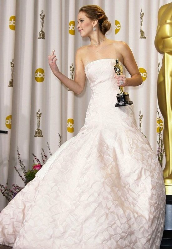 Jennifer Lawrence flashes the middle finger in the Oscars press room. While holding the statue. Hilarious.
