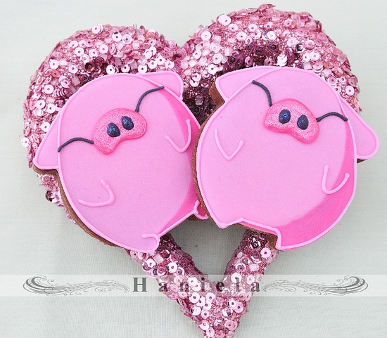 Over-the-moon adorable pink piggy decorated cookies. #pink #cookies #pig #kawaii #decorated #heart #Valentines #Day #food #baking #dessert