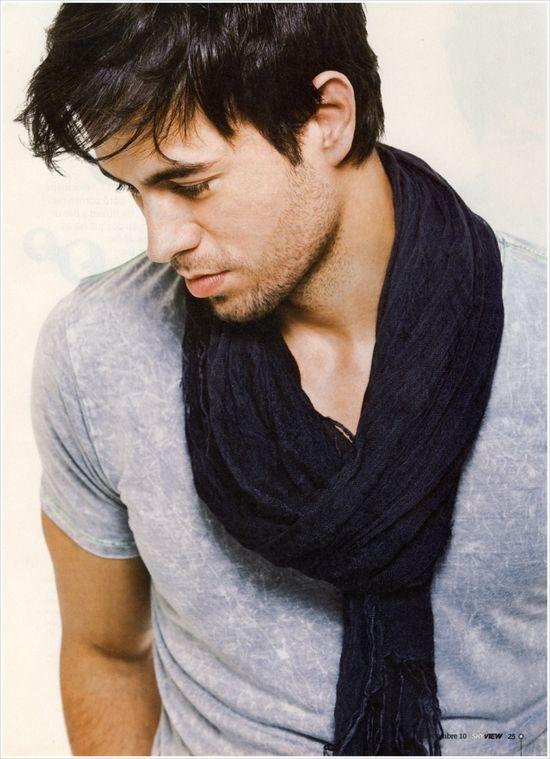 Enrique Iglesias... casual look.  Love this pic!